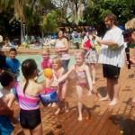 Kinders gooi waterballonne